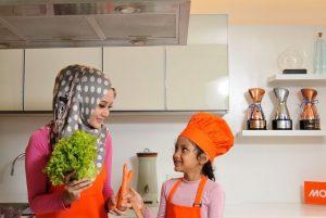 ibu-dan-anak-memasak-di-dapur-ilustrasi-_150115193244-543