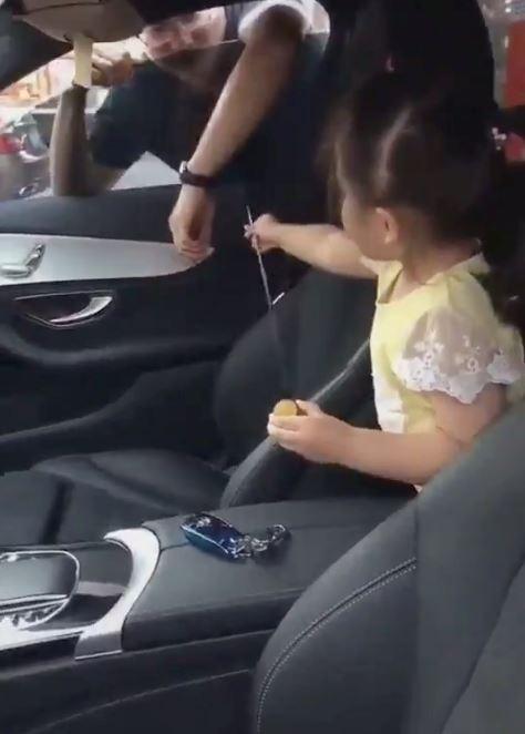 bapa tertinggal kunci dalam kereta, ramai terhibur lihat respon anak yang tak kisah