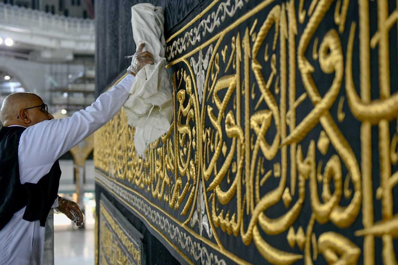 Tukang Cuci Tetap Bersihkan Kaabah Walaupun Sunyi Tanpa Jemaah.. Alhamdulillah