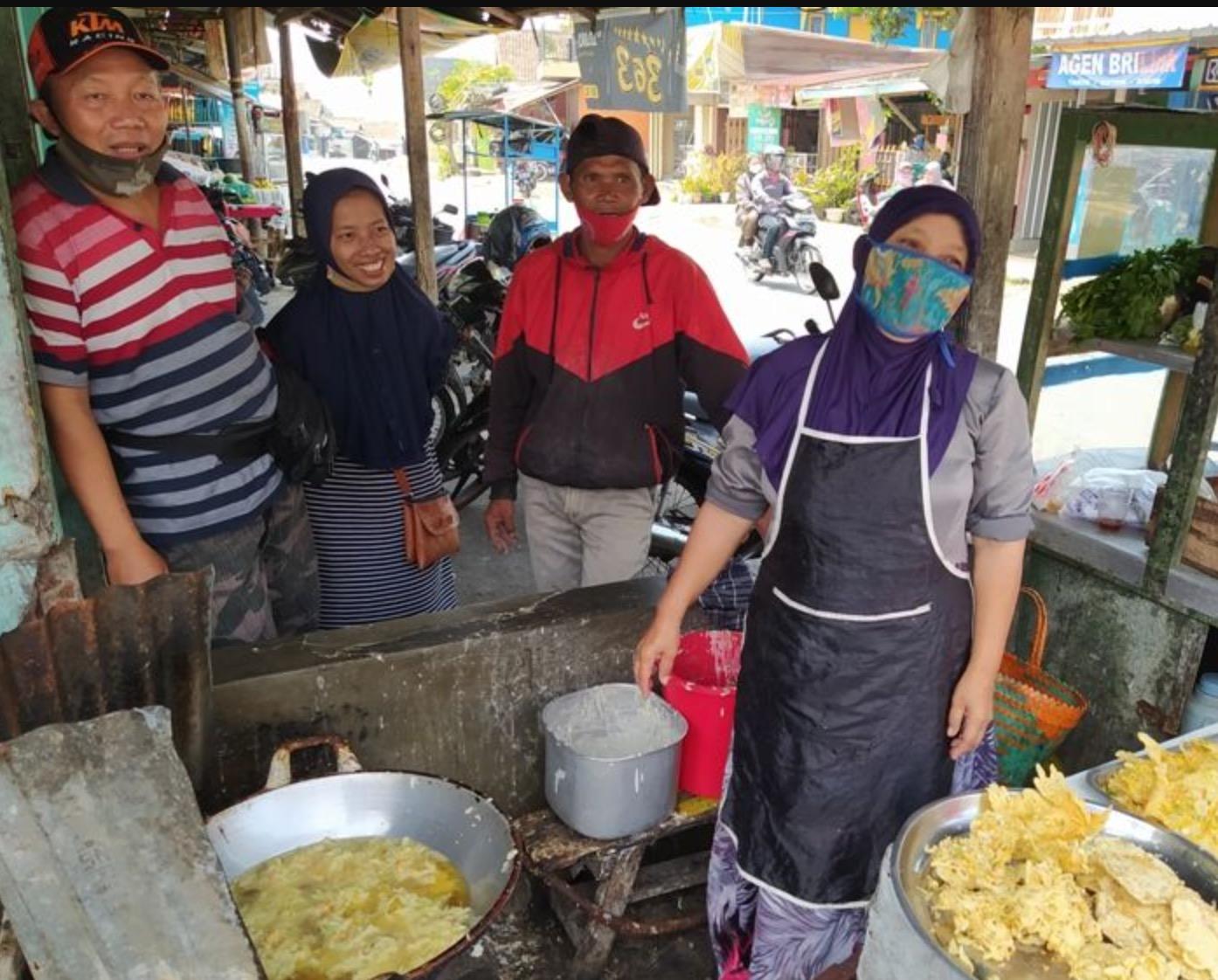 Tak Perlu Senduk, Peniaga Wanita Selamba Guna Tangan Celup Minyak Panas Ketika Menggoreng Makanan - nangtime.com